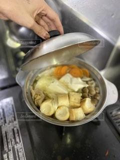 ストーブで食べ物を作る人の写真・画像素材[2701165]