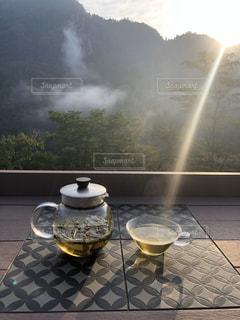カフェ,風景,空,屋外,太陽,朝日,テラス,光,食器,朝靄,日の出,ドリンク,ハーブティー,早朝,蒸気,テラス席,朝もや,カフェドリンク