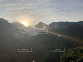 自然,風景,空,屋外,太陽,朝日,雲,霧,山,光,樹木,新緑,朝靄,日の出,高原,朝もや,日中,クラウド,山腹
