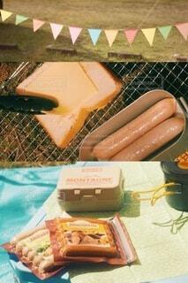 食べ物の皿をテーブルの上に置くの写真・画像素材[4414876]