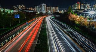 高速道路で大きな長い光の写真・画像素材[2728555]