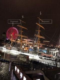 水の中の大きな船の写真・画像素材[2718873]