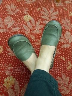 緑の革靴と赤い絨毯の写真・画像素材[2703396]