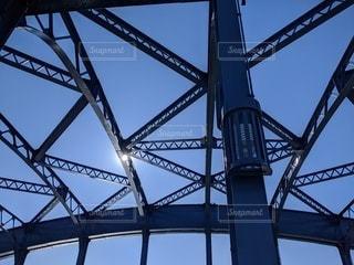 橋に隠れる太陽の写真・画像素材[2900490]