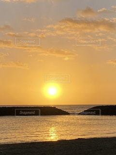 水域に沈む夕日の写真・画像素材[2861560]