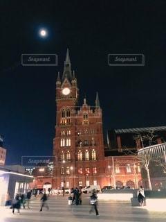夜に街にそびえ立つ大きな時計塔の写真・画像素材[2716649]