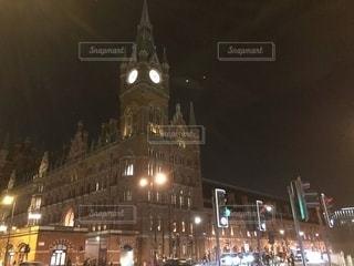 夜にライトアップされた時計塔の写真・画像素材[2716655]