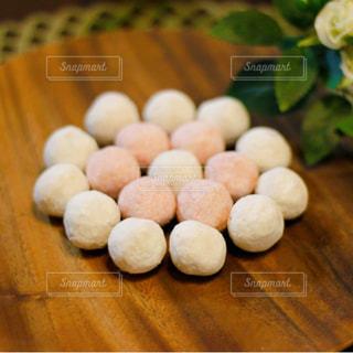 木製皿の上の洋菓子の写真・画像素材[2872319]
