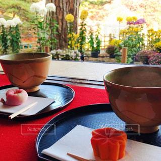 茶室の縁側の抹茶と和菓子の写真・画像素材[2968078]