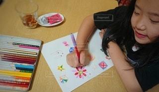 ピンク,緑,赤,白,青,黒,花火,紫,女の子,オレンジ,楽しい,テーブル,ペン,笑顔,絵画,可愛い,色鉛筆,黄,手書き,8歳,紙,おえかき,おうち時間