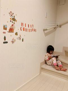 部屋に立っている小さな女の子の写真・画像素材[2739503]