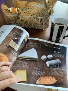 本,テーブル,雑誌,マグカップ,書類,紅茶,紙,自宅,データ,コーヒー カップ