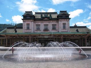 門司港駅前の噴水と子供 - No.882445