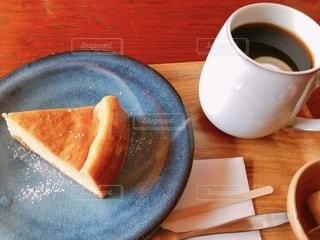 食べ物の皿とコーヒー1杯の写真・画像素材[2735254]