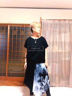 女性,ファッション,屋内,黒,人物,人,コーディネート,コーデ,花柄,ブラック,半袖,黒コーデ,プリーツスカート,デザインスカート