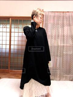 女性,ファッション,屋内,ワンピース,黒,人物,人,コーディネート,コーデ,ホワイト,ブラック,黒コーデ,デザインスカート,スカートin