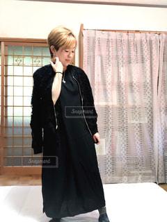 女性,ファッション,屋内,黒,スカート,人物,服,コーディネート,コーデ,ジャケット,ブラック,肩掛け,黒コーデ,ファッション ・ デザイン