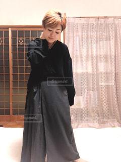 女性,1人,ファッション,屋内,黒,人物,人,グレー,シャツ,コーディネート,コーデ,ブラック,黒コーデ,衣装デザイン,変形ボトムス