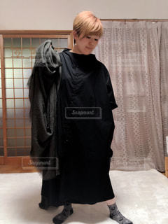 女性,ファッション,屋内,ワンピース,黒,人物,人,コーディネート,コーデ,ブラック,ストール,黒コーデ