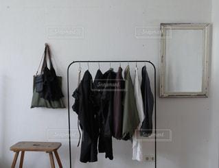 ベッドと鏡付きの部屋の写真・画像素材[2744712]