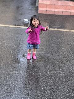 通りを歩いている小さな女の子の写真・画像素材[2721358]