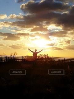 男性,1人,空,夕日,太陽,夕焼け,夕暮れ,光,大晦日