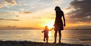 女性,子ども,家族,2人,自然,風景,海,空,夕日,太陽,ビーチ,夕焼け,夕暮れ,水面,光,幼児