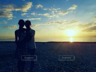 女性,男性,家族,恋人,2人,風景,空,屋外,太陽,ビーチ,砂浜,夕暮れ,水面,シルエット,光