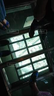 屋内,足元,足,散歩,スカイツリー,窓,景色,観光,タワー,ドライブ,覗く,怖い,恐怖,高い,高所,上から,下,スケルトン,床窓
