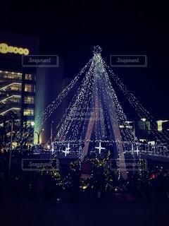 夜にライトアップされた三ノ宮の写真・画像素材[2724738]