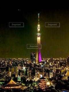 夜にライトアップされた都市の写真・画像素材[2726680]