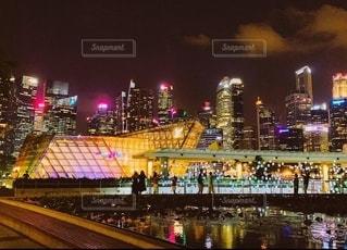 夜にライトアップされた建物の写真・画像素材[2726715]
