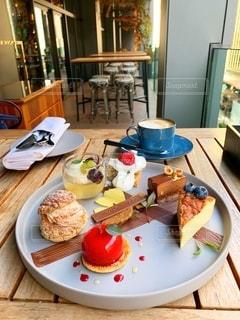 テーブルの上の食べ物の皿の写真・画像素材[2733630]