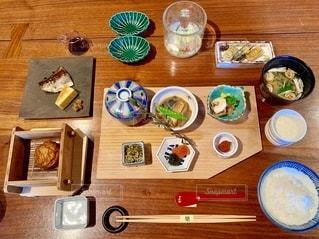 木製のテーブルの上に座っている食べ物の束の写真・画像素材[2733647]