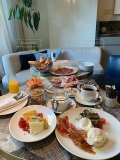 皿の上に食べ物の皿をトッピングしたテーブルの写真・画像素材[2733662]