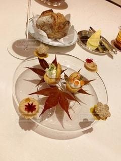 テーブルの上の食べ物の皿の写真・画像素材[2733680]