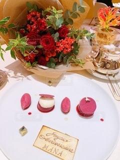 テーブルの上に花瓶をトッピングした白い皿の写真・画像素材[2733873]