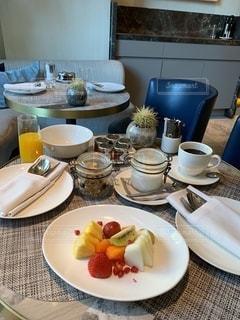 皿の上に食べ物の皿をトッピングしたテーブルの写真・画像素材[2734609]