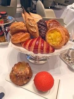 テーブルの上の食べ物の皿の写真・画像素材[2734689]