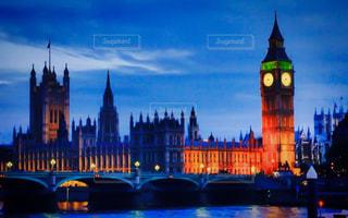 夜に街にそびえ立つ大きな時計塔の写真・画像素材[2729640]