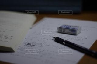 テーブルの上の本の写真・画像素材[2738610]