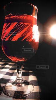 飲み物,赤,暗い,テーブル,人物,イベント,食器,ワイン,グラス,乾杯,ドリンク,パーティー,手元