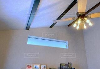 シーリングファンと採光窓の写真・画像素材[3905972]