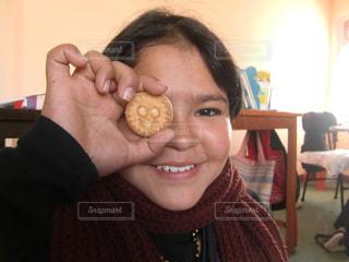 海外,スマイル,アジア,女の子,少女,笑顔,クッキー,ビスケット,目,ネパール