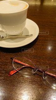 ファッション,カフェ,アクセサリー,屋内,眼鏡,テーブル,スプーン,皿,食器,喫茶店,飲料,メガネ,コーヒー カップ