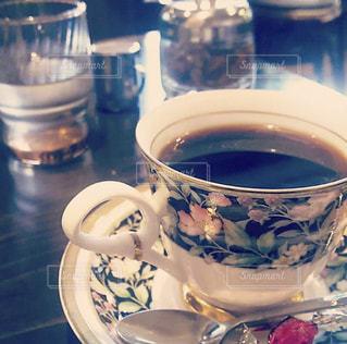 テーブルの上のコーヒー1杯の写真・画像素材[2894195]