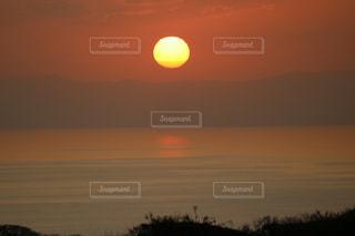 自然,風景,海,空,夕日,屋外,太陽,夕焼け,夕暮れ,水面,光,強さ,明日へ