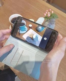 携帯電話を持つ手の写真・画像素材[2734335]