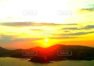 空,太陽,赤,夕暮れ,水面,山,光,茜いろ