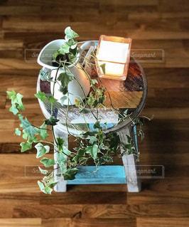 テーブルの上の花瓶の写真・画像素材[2736697]